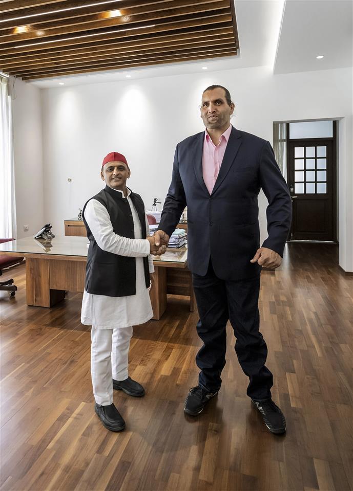Samajwadi Party president Akhilesh Yadav meets Khali in Lucknow