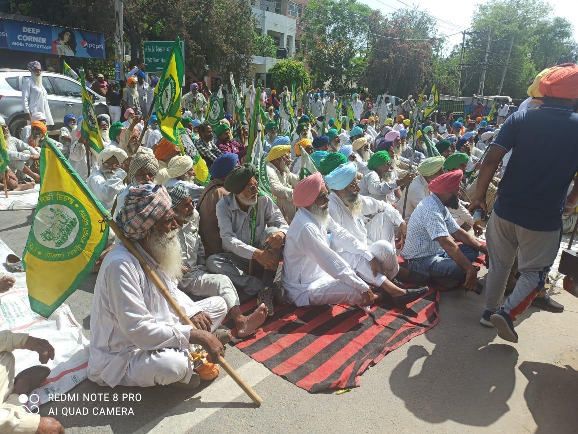Farmers gherao BJP leaders in Barnala for around five hours