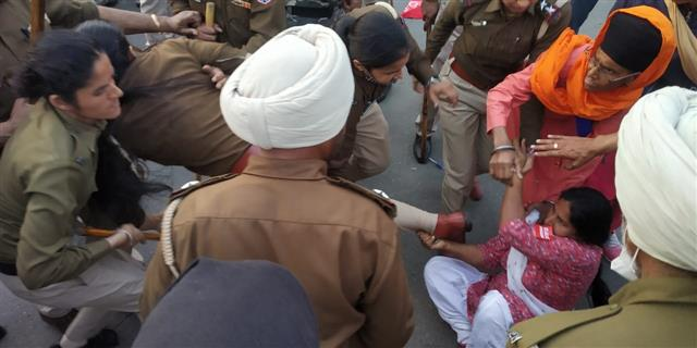 Patiala police cane charges protesters marching to Capt Amarinder's residence; many injured