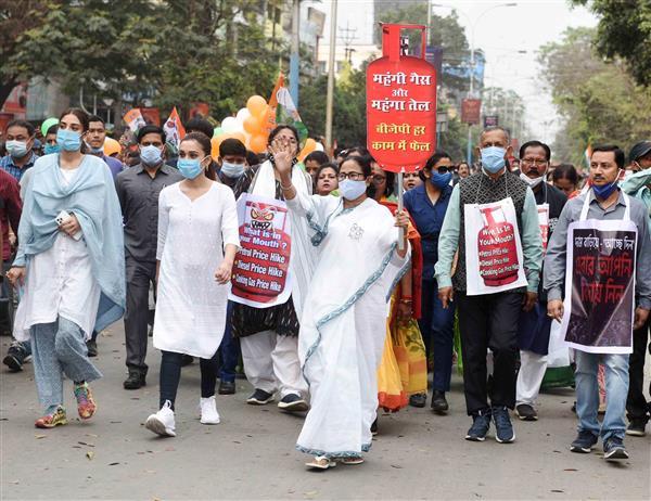 Modi peddling lies to mislead voters: Mamata