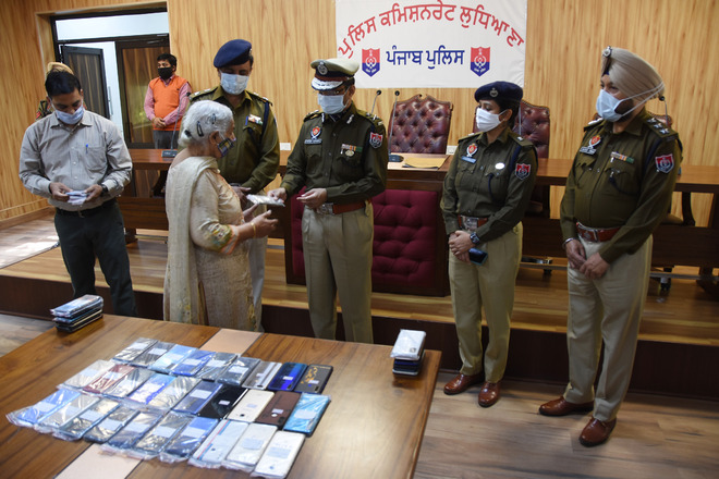 Cops trace, hand over 61 mobiles to owners