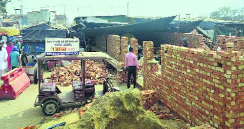 Protesting farmers raise structures at Singhu, booked
