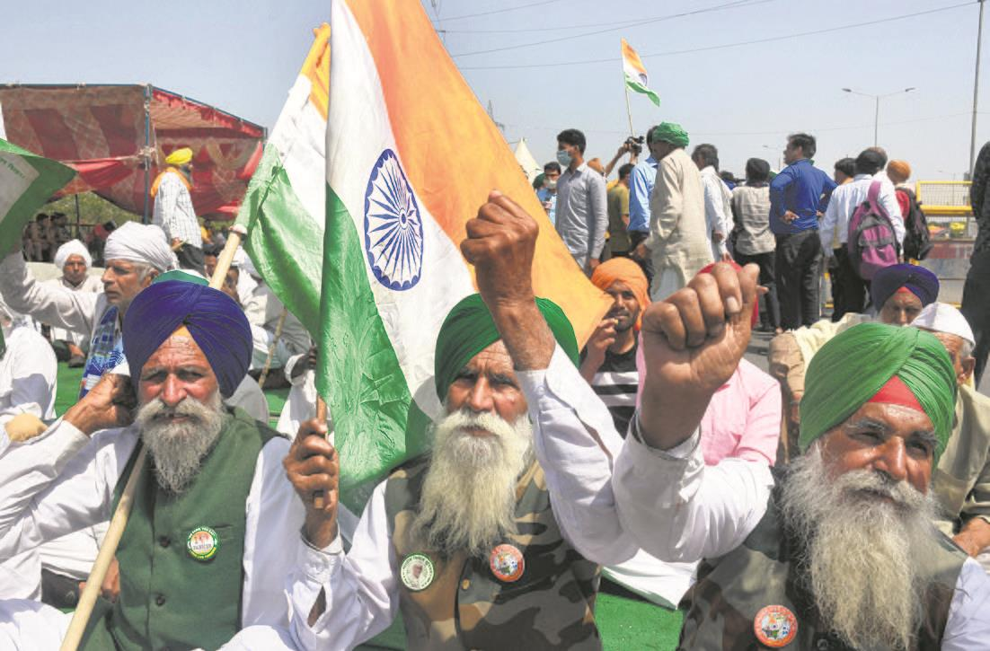 Farmers leave for harvesting, crowds at Singhu thinning; mahapanchayats off