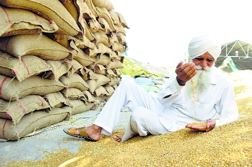 Farmers apply for DBT, many still prefer payments through arhtiyas