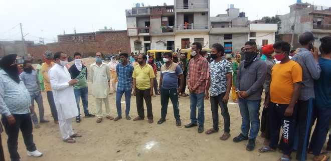 Councillor Jagdish Samrai shows the way, urges slum dwellers to take Covid jab