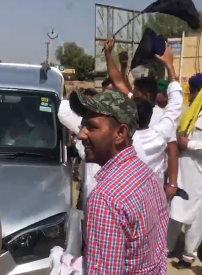 Protesting farmers gherao BJP MLA in Hanumangarh