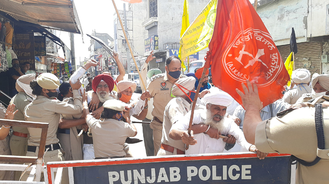 Farmers try to stop MoS Som Parkash's car in Hoshiarpur, show flags