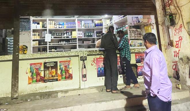 Liquor vends flout night curfew orders in Ludhiana