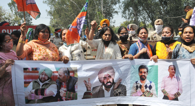 BJP Mahila Morcha stages protest  against 'poor' law and order in Punjab