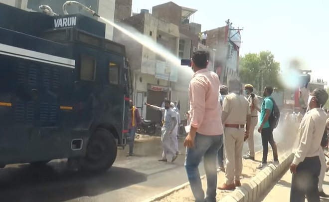Farmers oppose MLA Gopal Kanda's visit to Sirsa, police use water cannons