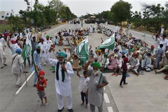 Farmers block Bathinda-Barnala NH over gunny bag crunch