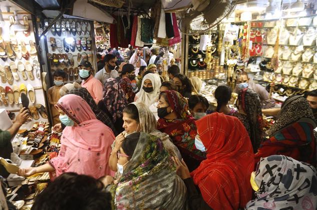 Pakistanis shop ahead of weeklong lockdown