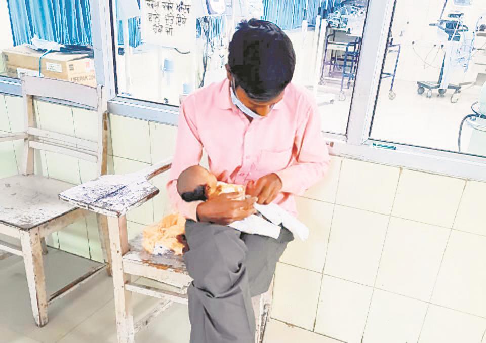 Wife +ve, man spoonfeeds newborn, sleeps on road