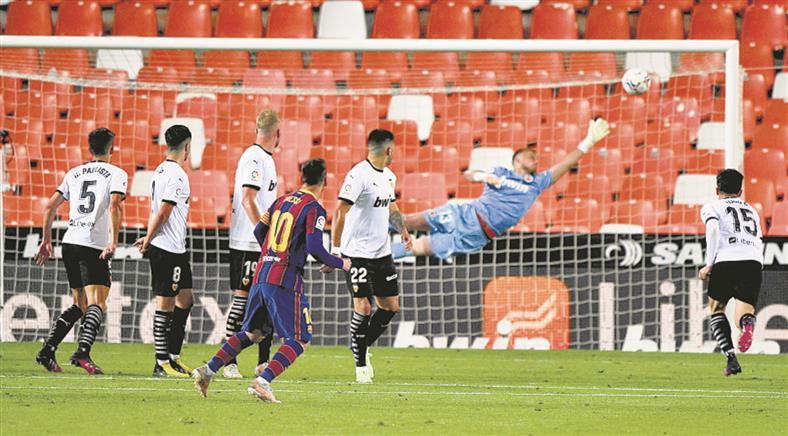 Lionel Messi keeps Barcelona in hunt
