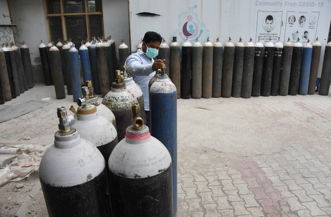 Police step in to overcome shortage of oxygen cylinders