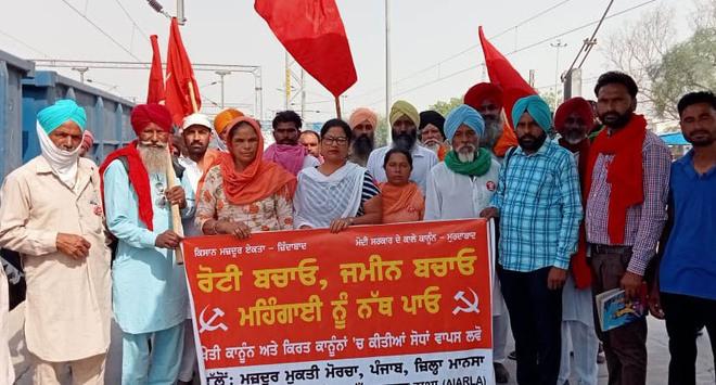 Trade unions leave for Delhi borders to support farmers' agitation