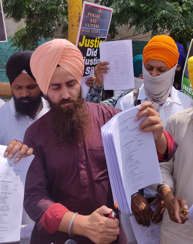Sikh activists burn copies of HC verdict on Kotkapura firing