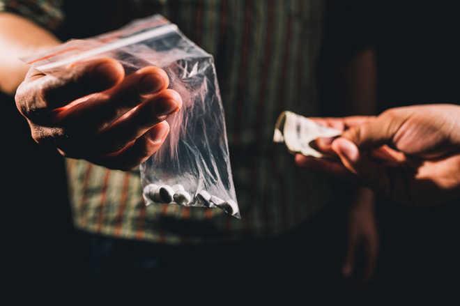 Attacked by drug peddlers, cop injured