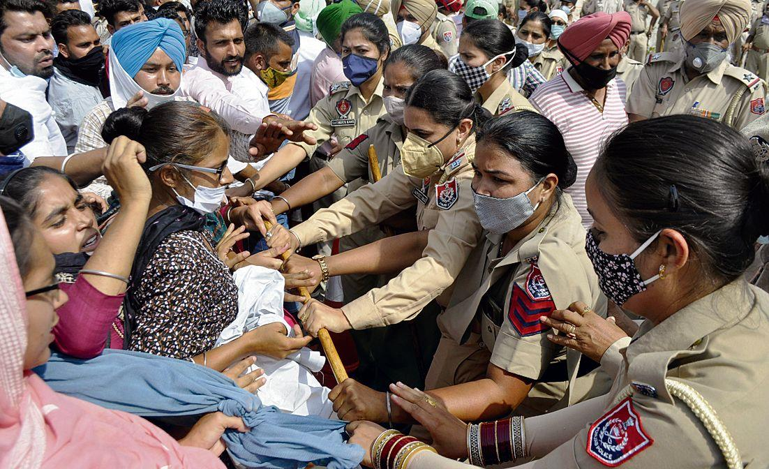 ETT, TET pass teachers march towards CM's residence, stopped
