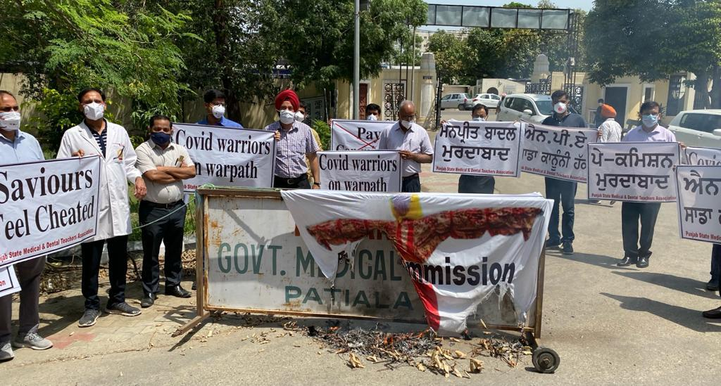 Doctors protest against Sixth Punjab Pay Commission report in Patiala