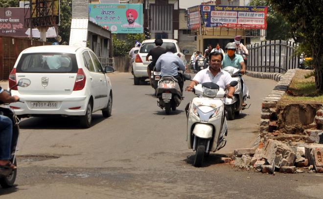Wrong-side driving menace adds to traffic chaos at Amritsar's Bhandari Bridge