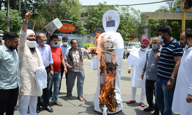 Cong leaders protest against rising inflation