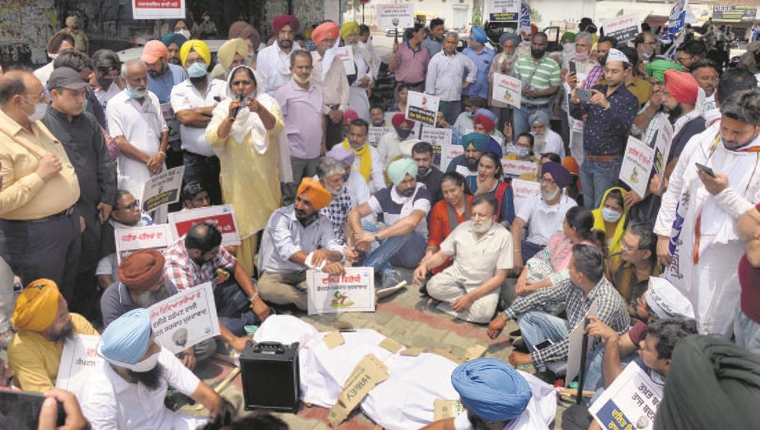 AAP protests, burns Dharamsot's effigy