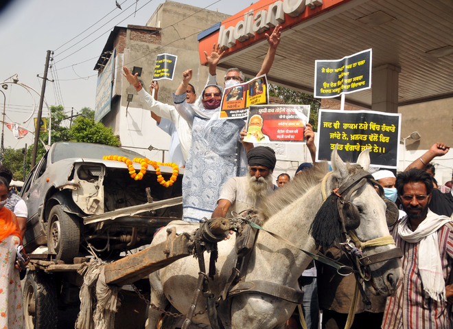 Congress workers protest rising fuel prices, inflation