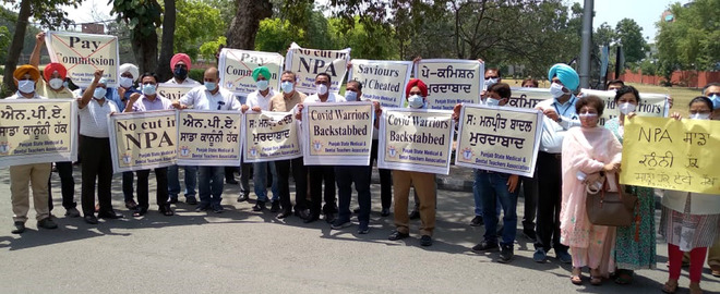 Doctors protest against pay panel report in Amirtsar, services hit