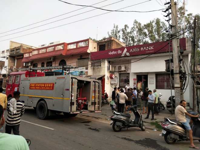 Fire breaks out at Axis Bank, currency safe