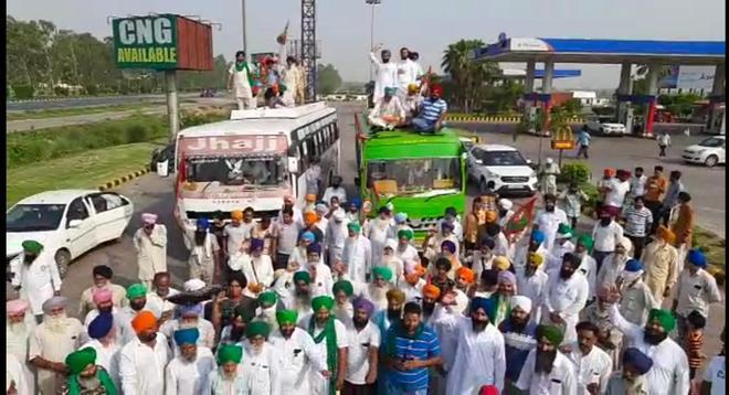 Farmers leave for Delhi borders to commemorate martyrdom day of Banda Singh Bahadur