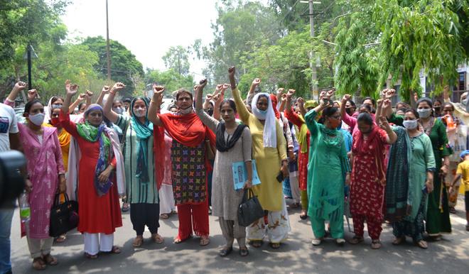 Seeking regularisation, teachers hold protest