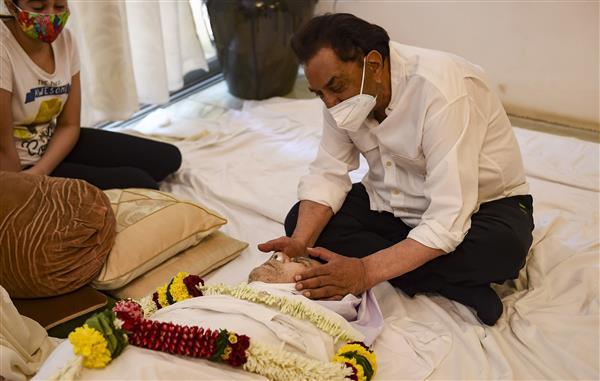 Dharmendra's reaction to Saira Banu's 'sahab ne palak Jhapak li' comment at Dilip Kumar's last rites is heartbreaking