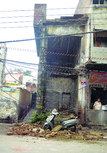 Unsafe building's part collapses at Deepak Cinema Road in Ludhiana