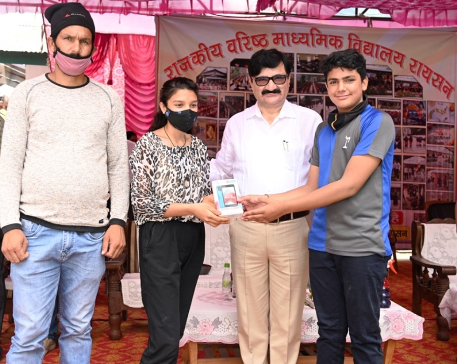 Cellphones distributed to poor students