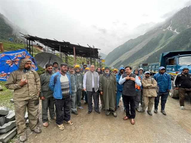 Cente reaches out to workers in Ladakh areas