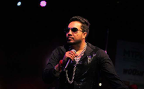 Video: Mika Singh's car breaks down at 3 am, hundreds of fans gather to help him amid rain in Mumbai