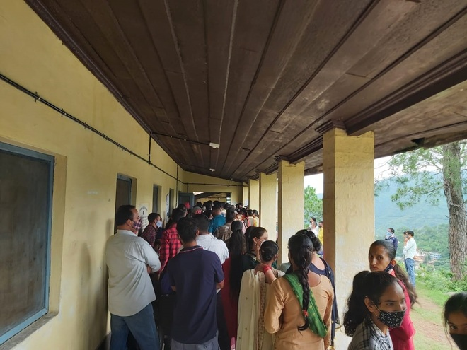 Chaos as people scramble for jabs in Himachal's Solan