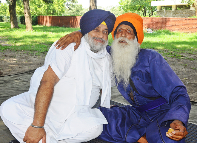 Sukhbir meets Laabh Singh in city, farm activists fume