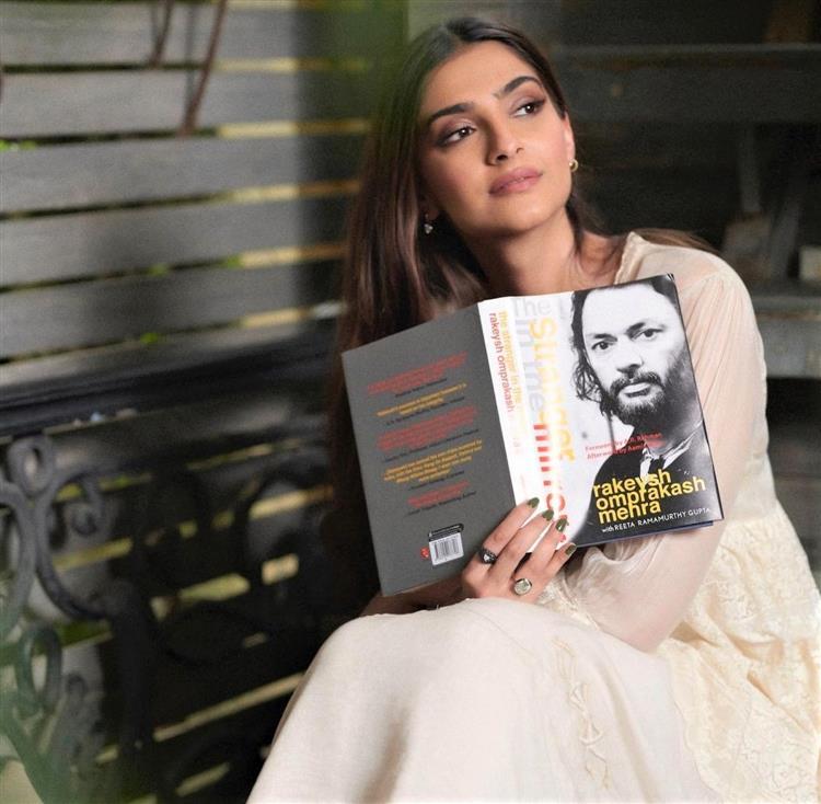 Sonam Kapoor unveils Rakeysh Omprakash Mehra's autobiography