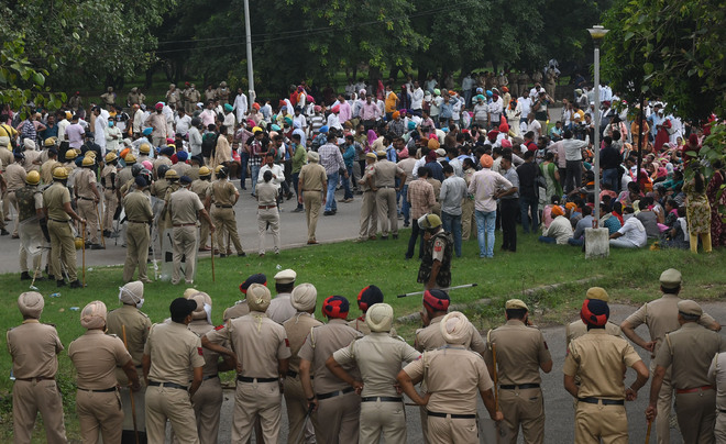 Police stop agitating teachers from entering Chandigarh