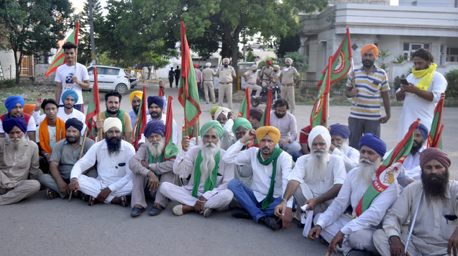 Farmers gherao Patiala BJP leader Harinder Kohli's residence