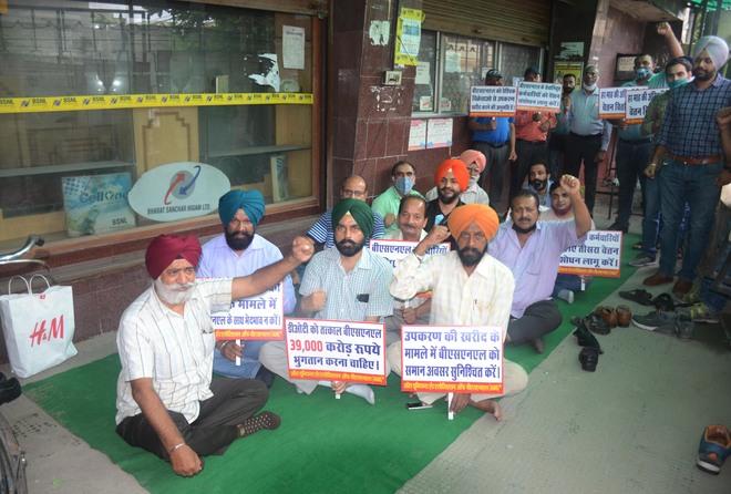 BSNL unions hold hunger strike at Bharat Nagar chowk in Ludhiana