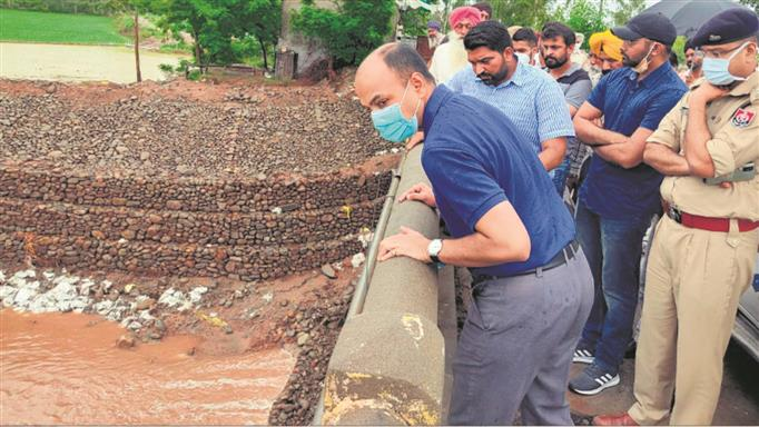 DC inspects flow of water in Ghaggar