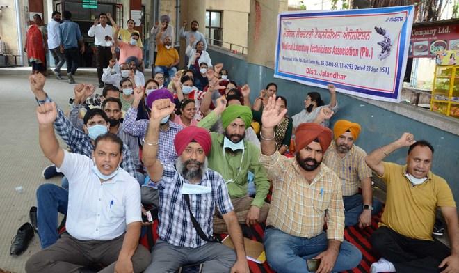 Protesting doctors lock room of Civil Surgeon in Hoshiarpur