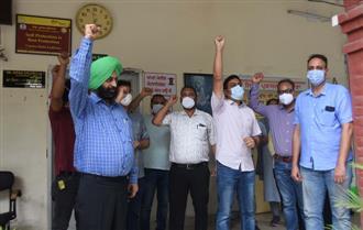 Protesting doctors lock Civil Surgeon's office