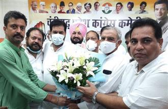Chinks in Chandigarh Congress wide open