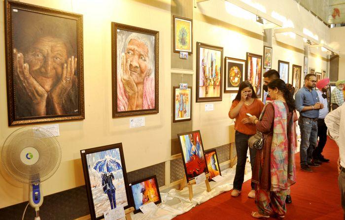 पटियाला : नवोदित चित्रकार प्रांजल गोयल ने कला प्रेमियों को मंत्रमुग्ध कर दिया