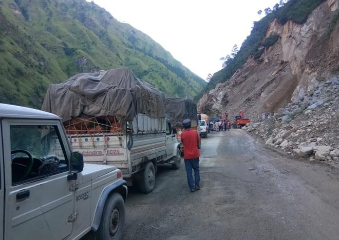 Vehicles stuck on Chandigarh-Manali NH