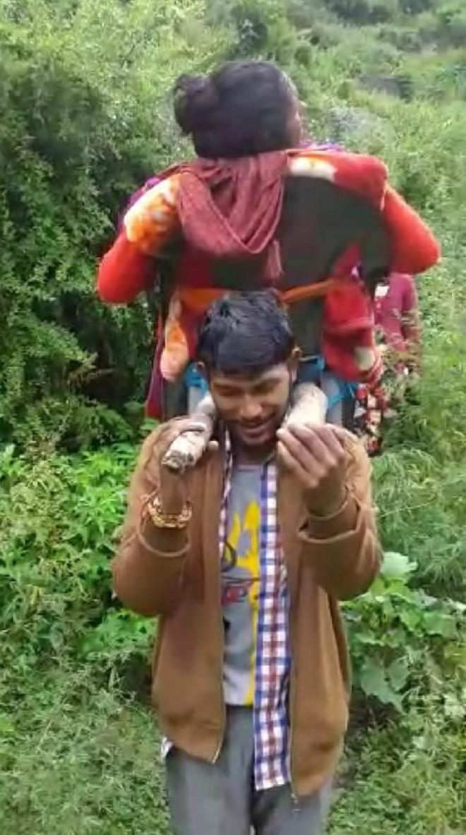 No road link to village, Kullu woman gives birth en route hospital